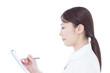 カルテを記入する女性看護士