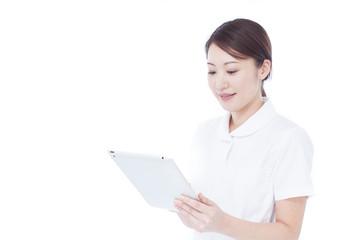 タブレットを持った女性看護士