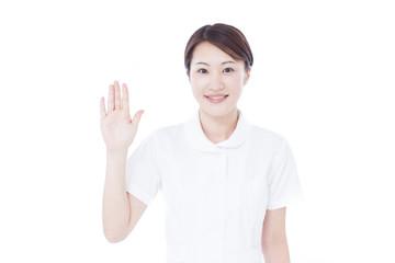 手を振る女性看護士
