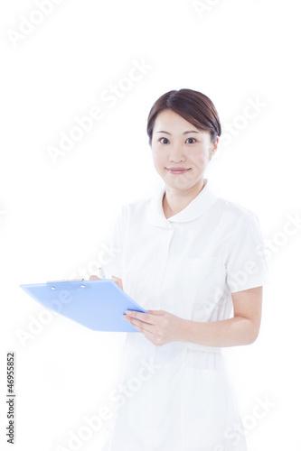 カルテを持った女性看護士