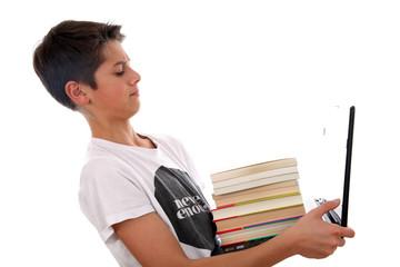 Junge mit Notebook und Büchern