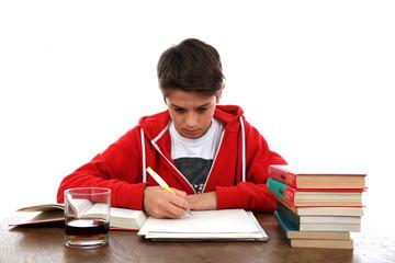 Junge bei den Hausaufgaben