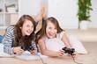 zwei mädchen spielen ein videospiel
