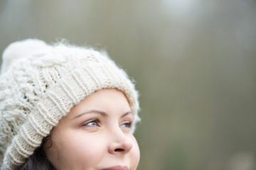 lächelnde frau mit mütze im winter