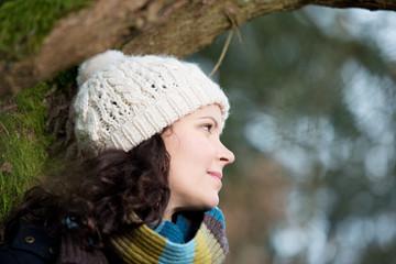frau mit mütze in der natur