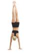 Sportliche Frau macht einen Handstand