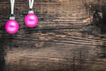 Kugeln (Pink) vor Holz
