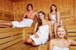 Leute in einer gemischten Sauna