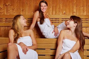 Drei Frauen in der Sauna
