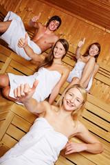Daumen hoch in der Sauna