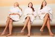 Frauen entspannen nach Sauna im Spa