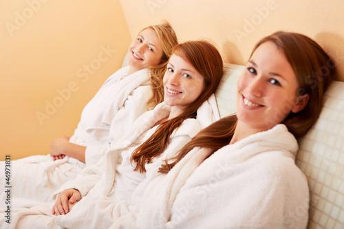 Entspannte Frauen auf Wärmebank nach Sauna