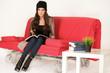 Junge Studentin in ihrer Wohnung
