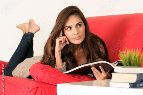 Junge Frau denkt über etwas nach