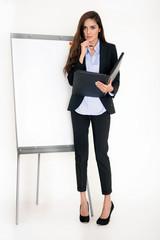 Zielstrebige Geschäftsfrau am Flipchart