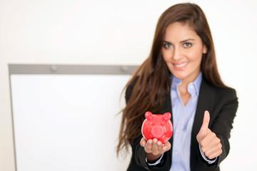 Sparsame Geschäftsfrau mit Sparschwein