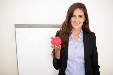 Erfolgreiche Geschäftsfrau mit Sparschwein