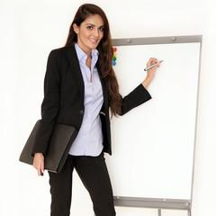 Attraktive Geschäftsfrau am Flipchart