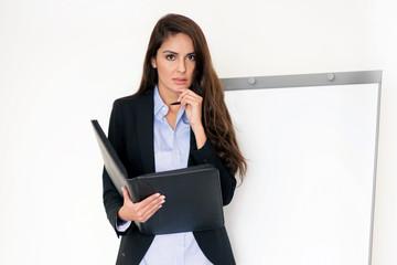 Erfolgreiche Geschäftsfrau am Flipchart