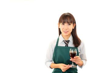 ワインを運ぶ笑顔のウエイトレス