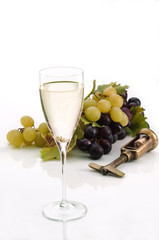Calice di vino bianco e uva - Glass of white wine