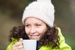 frau wärmt sich mit einer tasse tee