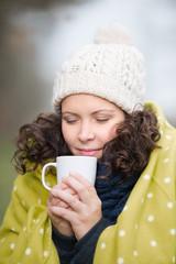 frau genießt ein warmes getränk im winter