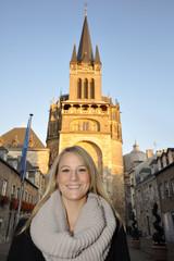 Junge Frau vor Aachener Dom