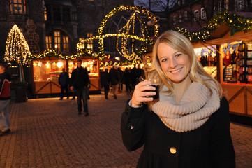 Junge Frau auf Weihnachtsmarkt