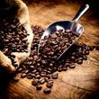 Kaffeebohnen geröstet im Sack mit Schaufel
