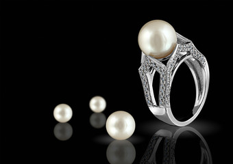 Ring with pearl and diamond