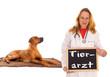 Tierärztin mit Hund und Schild