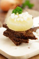 Harzer Käse auf Schwarzbrot