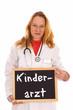 Ärztin mit Schild - Kinderarzt