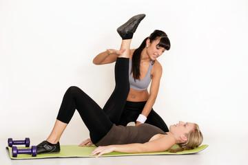 Dehnübung mit einem Personal Trainer