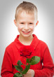 Kleiner blonder Junge mit einer Rose