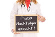 Ärztin mit Schild - Praxis Nachfolger gesucht