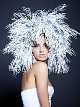 Jeune femme en image créative avec de l'argent maquillage artistique.