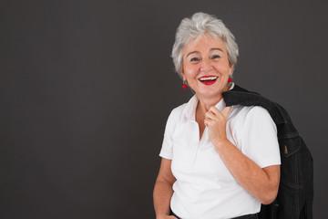 Ja - ich steh zu mir - glückliche ältere Dame