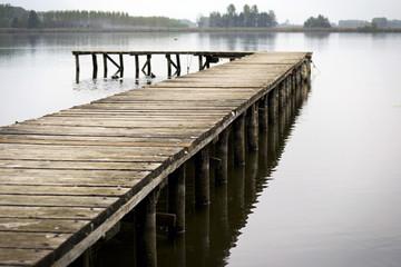 pontile di legno su lago