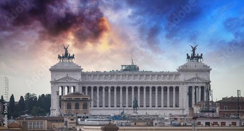 rzym-wlochy-slynny-vittoriano-z-gigantycznym-jezdziectwem