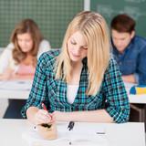 studentin schreibt mit