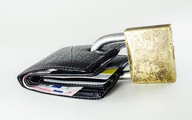 Carteira com notas de euro e cartões fechada com cadeado