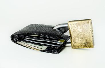 Carteira com dólares e cartões fechada com cadeado