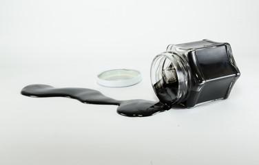 Vidro com amostra de petróleo derramado.