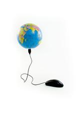 Mouse conectado a globo visualizando o Oceano Índico