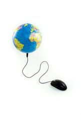 Mouse conectado a globo visualizando Oceano Atlântico