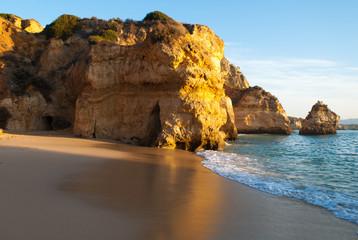 luz dourada nas rochas da praia