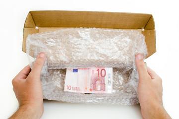 Caixa de encomenda com nota de dez euros