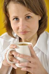 Junge Frau bei Kaffeepause
